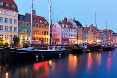Het landschap van de avond van Nyhavn in Kopenhagen, Denemarken Stock Afbeelding