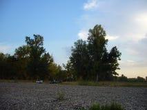 Het landschap van de avondzomer met bomen op een steenachtige kust - 1 Royalty-vrije Stock Fotografie