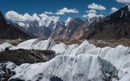 Het landschap van de Baltorogletsjer met de familie van Paiju en Trango-backgroun Stock Afbeelding