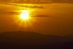 Het landschap van de berg bij zonsondergang Verbazende mening van de bergpiek op rotsen, lage wolken, blauwe hemel en overzees in Stock Fotografie