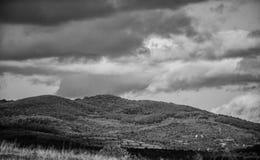 Het landschap van de berg Blauwe hemel met regenachtige wolken zonnig weer reis en zwerflust de avonturen wachten op u royalty-vrije stock fotografie