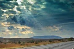 Het landschap van de berg in de afstand op de achtergrond van sombere hemel horizontaal Royalty-vrije Stock Fotografie