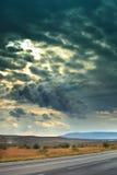 Het landschap van de berg in de afstand op de achtergrond van sombere hemel verticaal Royalty-vrije Stock Afbeeldingen