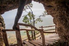 Het landschap van de berg Donkere wolken Groene vallei royalty-vrije stock afbeeldingen