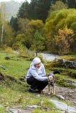 Het landschap van de berg Gelukkig meisje Mooie hond royalty-vrije stock foto