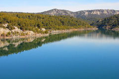 Het landschap van de berg met blauwe rivier stock foto
