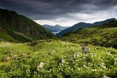 Het landschap van de berg met donkere hemel. Royalty-vrije Stock Foto