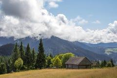 Het landschap van de berg met een oud blokhuis Royalty-vrije Stock Afbeelding