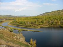 Het landschap van de berg met een rivier. De herfst Royalty-vrije Stock Afbeeldingen