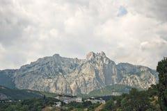Het landschap van de berg met huizen Stock Afbeeldingen