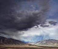 Het landschap van de berg met onweerswolken vóór thunde royalty-vrije stock fotografie