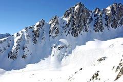 Het landschap van de berg met skisporen stock afbeeldingen