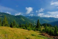 Het landschap van de berg met wolken stock foto's