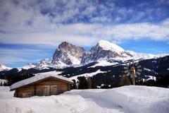Het landschap van de berg, sneeuw, chalet royalty-vrije stock fotografie
