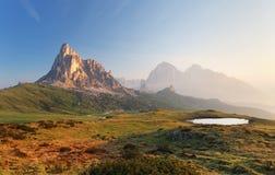 Het landschap van de bergaard in Dolomietalpen, Italië Royalty-vrije Stock Foto's