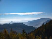 Het landschap van de bergherfst met kleurrijk bos royalty-vrije stock foto