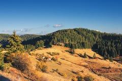 Het landschap van de bergherfst met kleurrijk bos en traditioneel h royalty-vrije stock afbeelding