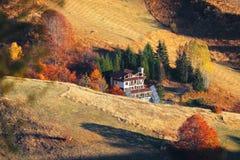 Het landschap van de bergherfst met kleurrijk bos en traditioneel h royalty-vrije stock foto