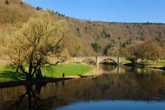 Het landschap van de brug en van de rivier in Bouillon stock foto