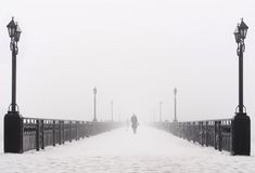 Het landschap van de brugstad in mistige sneeuw de winterdag Royalty-vrije Stock Foto's