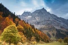 Het landschap van de de herfstberg van alpen met donkerblauwe hemel Oostenrijk, Tiro Stock Foto's