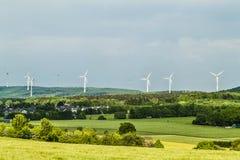 Het landschap van de de hernieuwbare energiebronzomer van de windturbine met duidelijk Royalty-vrije Stock Foto's
