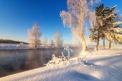 Het landschap van de de lenteochtend met mist en een bos, rivier, Rusland, Ural royalty-vrije stock afbeeldingen
