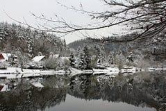 Het Landschap van de de winterrivier door Sneeuw, Tsjechische Republiek, Europa wordt behandeld dat Stock Afbeeldingen