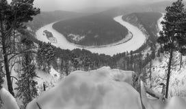 Het landschap van de de winterrivier, hoogste mening in zwart-wit Royalty-vrije Stock Afbeeldingen
