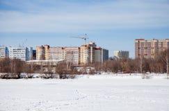 Het landschap van de de winterstad met nieuwe huizen op grote hoogte Stock Fotografie