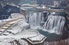 het landschap van de de winterwaterval Stock Afbeeldingen
