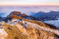 Het landschap van de de winterzonsopgang in het Nationale park van Huangshan Stock Foto's