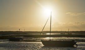 Het landschap van de de zomeravond van vrije tijdsboten in haven at low tide stock afbeelding