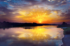 Het landschap van de de zomerrivier met multicolored zonsopgang Stock Foto's