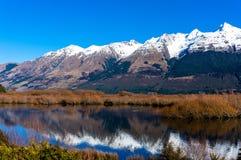 Het landschap van de Glenorchylagune met sneeuw behandelde bergen Royalty-vrije Stock Foto's