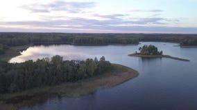 Het landschap van de herfst bij zonsondergang Meer Tiosto stock video
