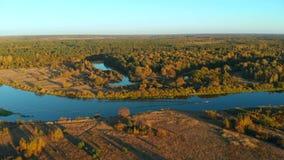 Het landschap van de herfst met een rivier stock videobeelden