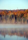 Het landschap van de herfst met mist royalty-vrije stock afbeeldingen