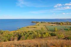 Het landschap van de herfst met rivier Stock Afbeelding