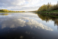 Het landschap van de herfst met rivier Stock Afbeeldingen