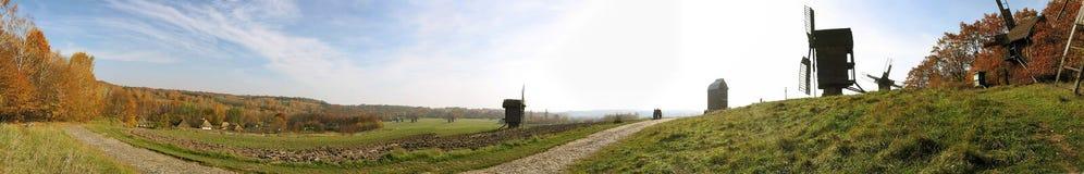 Het landschap van de herfst met windmolen Royalty-vrije Stock Afbeeldingen
