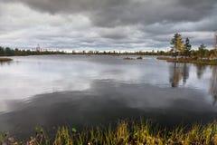 Het landschap van de herfst op het meer Royalty-vrije Stock Fotografie
