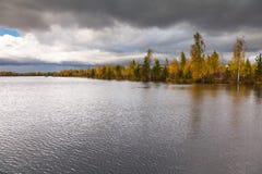 Het landschap van de herfst op het meer Stock Foto