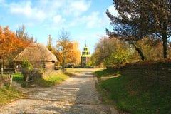 Het landschap van de Herfst van de Kerk van het land stock foto's