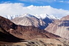 Het landschap van de Himalayanberg langs de weg van Manali - Leh-, India stock foto's