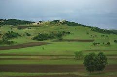 Het landschap van de K1518-trein die overgaan door royalty-vrije stock afbeeldingen