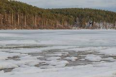 Het landschap van de lente Gesmolten ijs op de rivier stock foto's