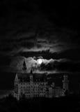 Het landschap van de nacht met kasteel en maan Stock Fotografie