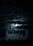 Het landschap van de nacht met kasteel en maan Stock Afbeeldingen