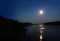 Het landschap van de nacht met maan Royalty-vrije Stock Afbeelding